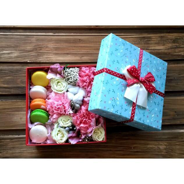Коробка с цветами и подарками 569